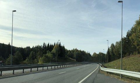 HØY FART: To 18-åringer ble stanset på denne strekningen mellom Raufoss og Gjøvik i fjor sommer. En av dem har nå fått fengselsstraff og mistet lappen i over et år.