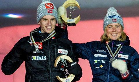 TETT PÅ:  Skihopperne  Halvor Egner Granerud og Maren Lundby mottar sølvmedaljene sine for andre plass i hopp mixed normalbakke under VM på ski i Oberstdorf i Tyskland.
