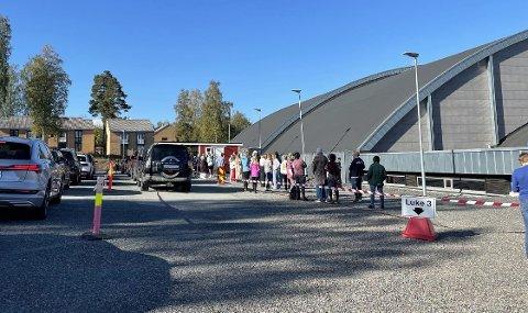LANGE KØER: Tirsdag ble det tatt 543 tester ved teststasjonen på Gjøvik.