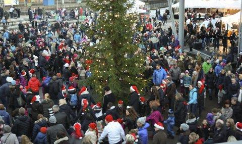 FOLKEHAV: Det ble mange ringer rundt juletreet da julelysene ble tent på Jan Baalsruds plass på Kolbotn. FOTO: VIVI RIAN