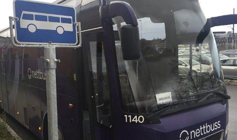 Innleid: Ruter måtte også leie inn busser fra andre selskap for å få kabalen til å gå opp. Bildet er tatt tirsdag og da var det ingen elever som ville ta buss fremfor tog, som endelig var begynt og gå igjen. FOTO: Bjørn V. Sandness