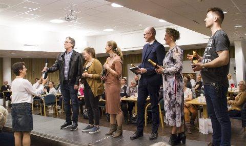Tusen takk: Guri-Lise Høsteland i Lions Club Ås-Eika overrekker presanger til sentrale bidragsytere og medvirkende under årets motevisning. FOTO: INGER EIDE nordseth
