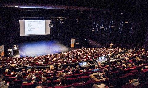 Fullt hus: Nesten 500 mennesker dukket opp på Kostreform for bedre helse Vestfolds kostholdskonferanse i Bølgen lørdag. Der fikk de høre seks forskjellige foredrag fra kostholdseksperter, leger og journalister. Foto: Bendik Løve