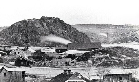 """BANEFJELLET ses i mellomgrunnen til høyre på dette bildet tatt i andre halvdel av 1860-tallet. Et eldre navn på fjellet var """"Thors Bjerg"""", muligens etter den Thor som bodde på gården Fjellsnes i 1640-åra og som også bydelen Torstrand kan være oppkalt etter. Bebyggelsen til venstre for fjellet tilsvarer trolig beliggenheten til det gamle gårdsbruket. I bakgrunnen ses den såkalte """"Buggesaga"""" fra 1864 og Oseberget. På grunn av utsnittsforstørrelsen er perspektivet sterkt sammentrengt."""