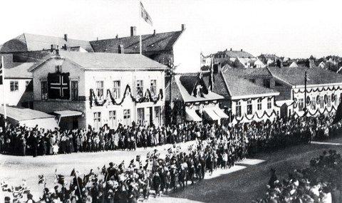 Jubileumsfestlighetene i 1921 kom til å minne mye om 17. mai med barnetog om formiddagen – riktignok bare til Torget – og ettermiddags arrangement i Bøkeskogen. Noe av det som var anner ledes var alle girlanderne, som pyntet opp husfasadene.