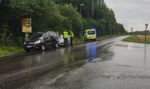 FEM TIL LEGESJEKK: I alt tre biler var involvert i ulykken på Ulaveien. Fem personer er sendt til legesjekk etter smellen.
