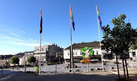 LARVIK: Pride flagg på Torget i Larvik.