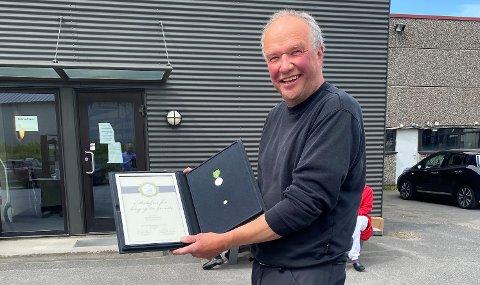 KAN DA HOLDE UT EN STUND: Nils Karl Kristiansen fikk fortjenestemedalje etter tre ti år i Kandas tjeneste.