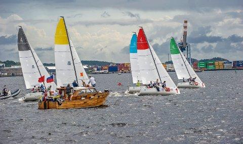 STARTEN GÅR: Larviks mannskap i båten med det blå seilet er godt med fra start, men fikk problemer med å henge på de beste. Uansett en flott dag på fjorden og mange spennende omganger å seile.