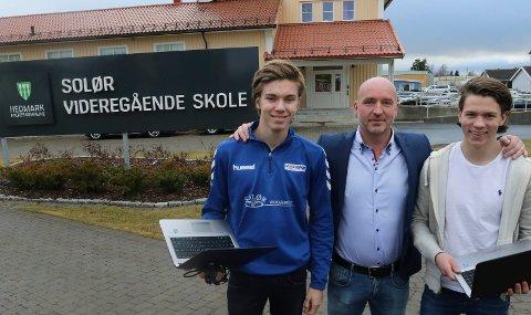 EN GLAD DAG: Emil Gulli Lauten, til venstre, og Dani Krogsæther går første året på Solør videregående på Flisa og er glad for at de får fortsette der. Rektor Einar Moan er lettet på vegne av hele Solør videregående og Solør som distrikt.