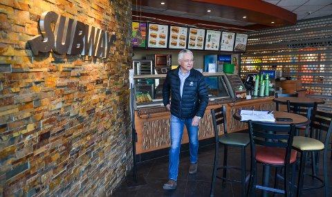 PÅ BEFARING: Advokat Geir Langhelle inspiserte den avstengte Subway-restauranten i Elverum lørdag.
