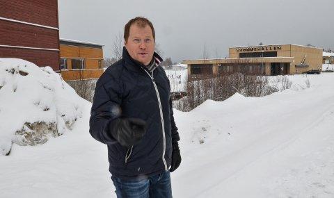 I NABOLAGET: Cato Åslie ved dagens svømmehall, før utbyggingen av leilighetsprosjektet Sentrum Park startet.