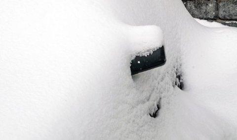 FARLIG: Om man slurver med snøfjerningen på bilen, kan det koste deg dyrt. Mange folk glemmer å fjerne snø fra bakrute, for eksempel. Det kan skape farlige situasjoner. (Foto: NTB)