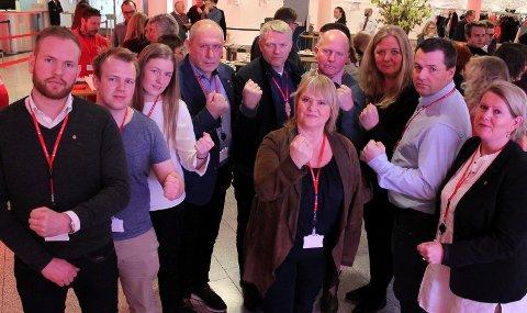 TIL KAMP FOR RØROSBANEN: Arbeiderpartiet og Jernbaneforbundet gjør felles sak for å stanse privatiseringen av driften på Rørosbanen. Fra høyre mot venstre: Aud Riseng (Hamar, ordførerkandidat), Jørn Arild Flatha (Løten, ordførerkandidat), Lillian Skjærvik (Elverum, ordførerkandidat), Arne Hansen (Åmot, partileder), Terje Hoffstad (Stor-Elvdal, ordførerkandidat), Johnny Hagen (Alvdal, ordførerkandidat), Reidun Andrea Rønning (Tynset, partileder), Håvard Sagbakken Saanum (Tolga, partileder) og Isak Veierud Busch (Røros, ordførerkandidat). I midten forbundsleder Jane Sæthre i Norsk Jernbaneforbund. (Foto: Privat)