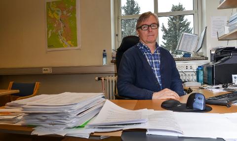 IKKE HELT FERDIG: Svein Kåre Hovde håper at alle årets klager er ferdigbehandlet før neste års eiendomsskatt skrives ut.