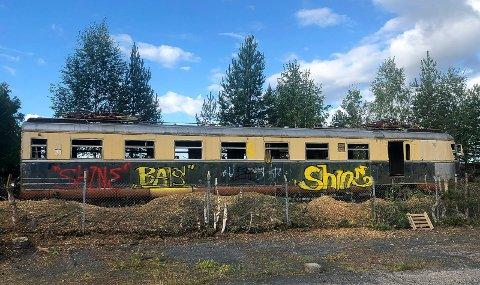 KLARGJØRES: Trær og buskas rundt lyntoget på stasjonsområdet i Elverum er nå fjernet. Snart blir det flyttet på lastebil til Krøderbanen.