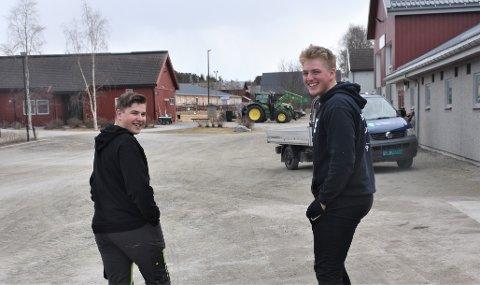VIL BLI BØNDER: Magnus Grann Vingelen (16) (t.h.) og Jørgen Langbekkhei (17) er elever ved Storsteigen og framtidige gardbrukere.