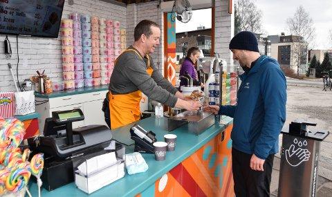 PÅSKEHANDEL: Andreas Moen (til høyre) kjøper churros av Arne Grønnesby og Stefi Nordberg.