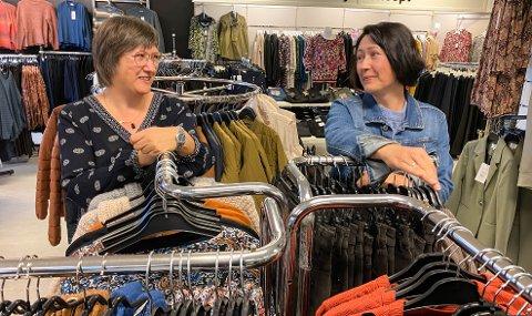 SØSTRE PÅ VIPPEN: Marianne Skjærstad (til venstre) og Rita Evensen Østborg driver butikk sammen i Løten. Begge er usikre på hva de vil stemme ved årets stortingsvalg.