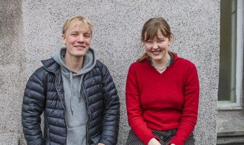 MYE ARBEID: Emanuel Klyve (18) og Iben Jacobsen Øster (18) har begge levert hver sin årsoppgave på Slottsfjellet Videregående skole. Det har de lagt mye arbeid i over et helt år.FOTO: Joakim Teveldal