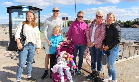 Christin Olstad fra Brevik skal på dagstur med familien til Jomfruland, og de reiser med Perlen fra Langesund. Her er fra venstre Karen, Maiken, Martin, Ida, Elida og lille Filippa - sammen med mamma og mormor Christin Olstad.