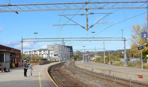 INGEN TOG: Ingen tog ankommer Porsgrunn stasjon med det første.