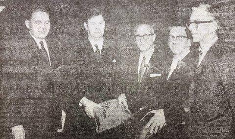 INNVIET: Fra venstre: Ordfører Harald Moen, idrettens Helge Gregersen, Nils Johs Jensen, rektor Utengen og fylkesordfører Berrefjord.