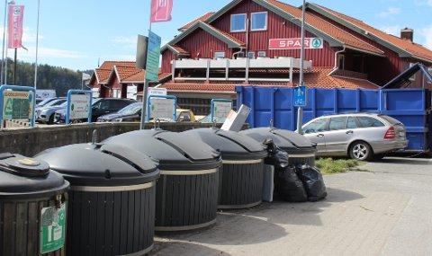 VALLE: Bamble kommune har disse ulåste, store søppeldunkene på Valle som er en ordning med kommunal hytterenovasjon i Bamble. Det er ikke satt ut noen ekstra søppeldunker til bruk for dagsturister og båtturister som besøker Valle. Sjøbua Valle og Visit Valle er et privatdrevet anlegg med gjestebåtplasser, butikker og servering som har sine egne søppeldunker til sine egne besøkende.