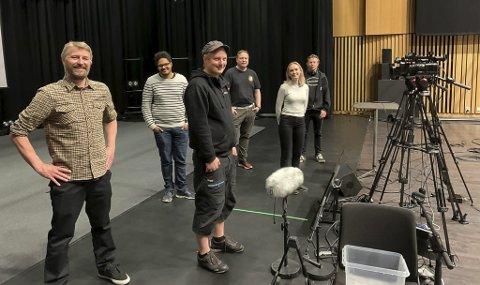 BLITT PROFT: Kulturhussjef Erik Friesl (t.v.) er veldig imponert av hva Lars Martin Eriksen, Michael Melbye, Kristine Eldorsen, Rune Sundby og Pål Berby har fått til med kameraene den siste tiden.