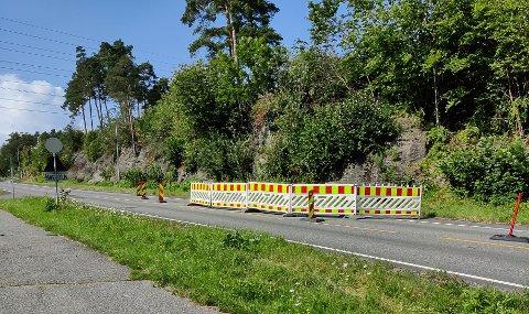 AVSPERRA: Ett av kjørefeltene i Skolebakken på Heistad er sperra av grunnet noen synkinger i bakken. Kommunen vet fremdeles ikke hvordan dette skjedde.