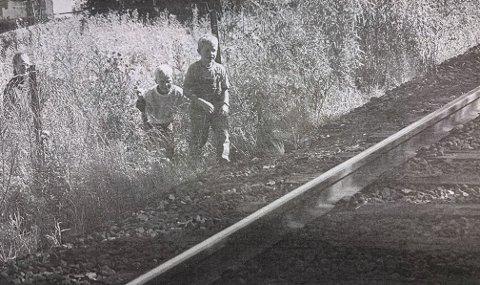 FARLIG: Uten problemer kan Øystein Smith (6) og kameraten Espen Leifsen (6) ta seg inn på jernbanen. Bak står Lise Smith.