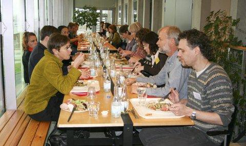 Gammelmåten: Skribenten oppfordrer til mer sosialt liv utenfor sosiale medier. Som for eksempel å gå ut og spise sammen, og ta den sosiale biten på gammelmåten. Han mener også at en telefon kan være en god løsning. Illustrasjonsfoto: Wikimedia Commons