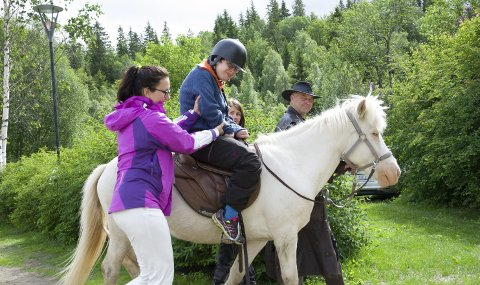 På Hesteryggen: May-Lis Knudsen fra Mo prøvde hesteridninga i Klokkerhagen.