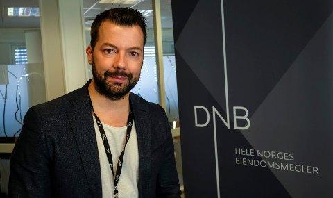 Daglig leder og eiendomsmegler ved DNB Eiendom, Tomi Christian Johansen, sier at salget av boliger har vært større hittil i år enn i fjor.
