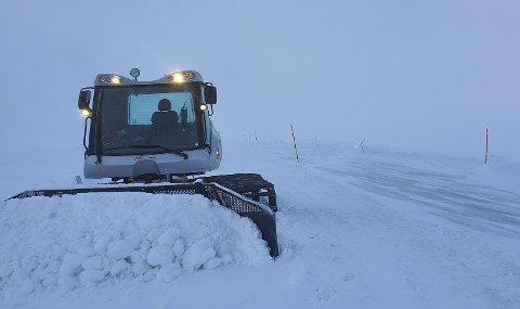Statens vegvesen løser snøproblemene på Saltfjellet med tråkkemaskinen fra Sulitjelma Fjellandsby.