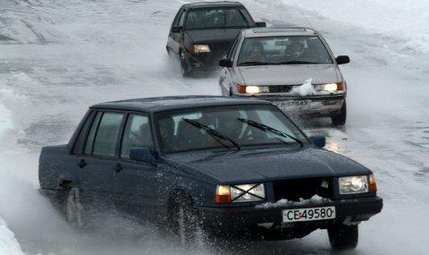 Iskjøring: Lørdag slippes bilene ut på Røssvoll Motorstadion for en ny runde med isbanekjøring. I helga ble bane og tribune klargjort av et knippe bilentusiaster som arrangerer i regi av NMK Rana.
