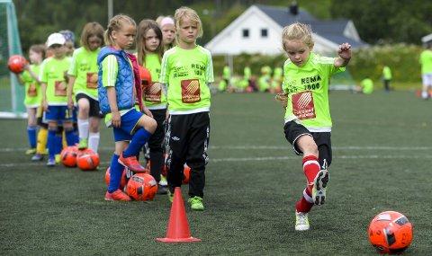 B&Y IL planlegger fotballskole på Ytteren stadion 21.-25. juni. - Men hvilken modell det blir, avventer vi med på grunn av koronaen, sier daglig leder i B&Y IL, Tom Kristiansen. Foto: Øyvind Bratt
