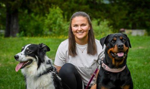 F.v. border collien Lui (2 år), Tiril Osmo Fagermo (23) og rottweileren Tia (5 år). For Osmo går alle ledige stunder til hundene.