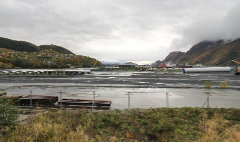 SISTE: Her ligger den siste turbindelen lagret på Nesbruktomta. Onsdag kveld ble den transportert opp på fjellet. Til venstre ligger flere vinger lagret.