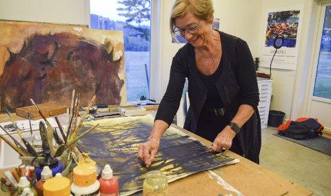 Travel: Laugset har aldri vært så travel som da hun bestemte seg for å følge drømmen om å bli kunstner – som pensjonist. FOTO: HELENE MARIE S. PAALSRUD