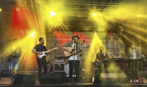 Band: Hisham Touil  på scenen sammen med resten av bandet og vokalist Arthur O. Stulien. Simon Stulien, Hisham Touil, Espen Jægersborg, Vetle Magnus Tveit  og Petter Berge.