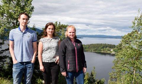 DET BESTE: Dag-Kjetil Holtane-Berge, Maria Holtane-Berge og Anita Johbraaten mener at dette er det klart beste stedet å plassere et minnested, men Utsikten er ikke utredet.