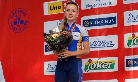 TOK SØLVET: Magdalene Lind sto på seierspallen uten en eneste tilskuer da hun tok sølv i NMs første øvelse på Røyse lørdag.