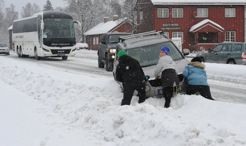 HAVNET I GRØFTA: Kristina Jasmine Johansen (i blå jakke) får på dette bildet endelig hjelp med å komme seg opp fra grøfta. Da hadde i følge 30-åringen over 20 bilister kjørt forbi uten å tilby seg å hjelpe.