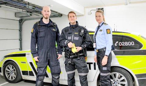 TATT I BRUK: Elektrosjokkvåpenet er blitt brukt to ganger av Ullensaker lensmannsdistrikt. Her hovedinnstruktør Trond Wean, politibetjent Rød og seksjonsleder nærpoliti, Karin Borgenvik.