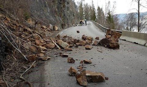Slik så fylkesveg 33 ut da veien var stengt mellom 15. og 17. april.