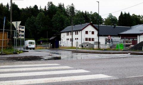 HER FALT SKUDDENE: Skyteepisoden skjedde i denne busslomma i krysset ved Skårersletta og Løkenåsveien.
