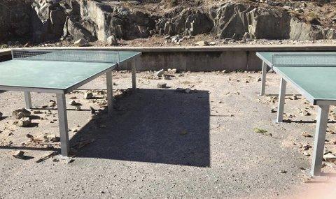 UBRUKELIG: – Bordtennisborden ute ved Frydenlund skole kan rett og slett ikke brukes. Store steiner gjør det farlig å spille her. Det er ikke bare foreldrenes ansvar å ruste opp uteområdet. Nå må kommunen på banen, sier Carina Karlsen.