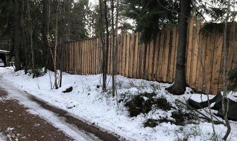 BODBYGG: Bilde viser bakveggen på boden som er under bygging. Helle Sjåvåg mener boden er godt tilpasset terenget og at den utføres i ubehandlet treverk som gråner naturlig.