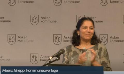 ORIENTERTE: Kommuneoverlege Meera Grepp spritet hendene og orienterte kommunestyret om koronasituasjonen i Asker.